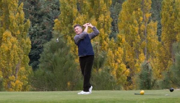 Resultado de imagen para macri jugando al golf en villa la angostura