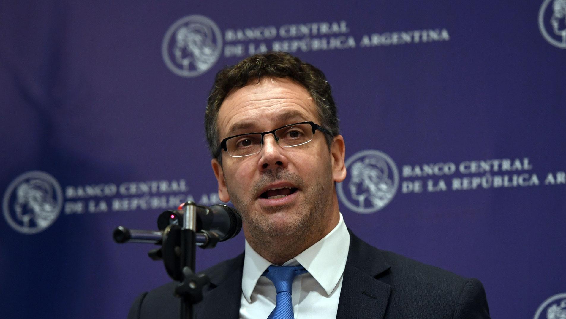 Argentina endurece mercado cambiario: solo se podrán comprar US$ 200 por mes
